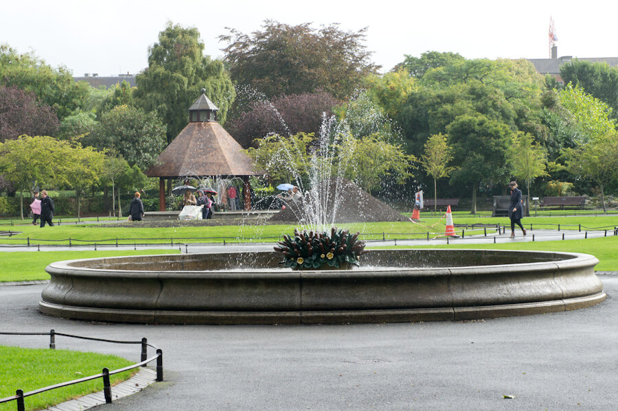 One day in Dublin? See the Highlights with these Tips! || City Guide by The Travel Tester || #CityGuide #Ireland #Dublin #VisitIreland #VisitDublin #24HGuide #Park #Fountain