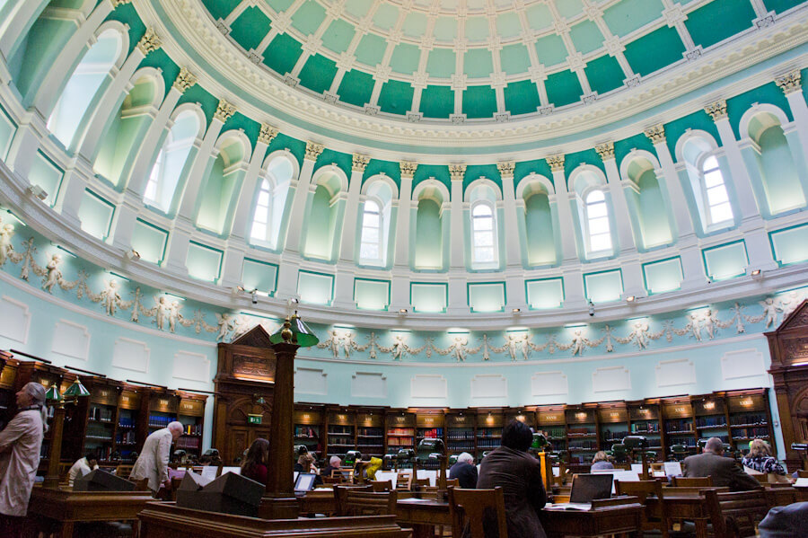 One day in Dublin? See the Highlights with these Tips! || City Guide by The Travel Tester || #CityGuide #Ireland #Dublin #VisitIreland #VisitDublin #24HGuide #Library #Books